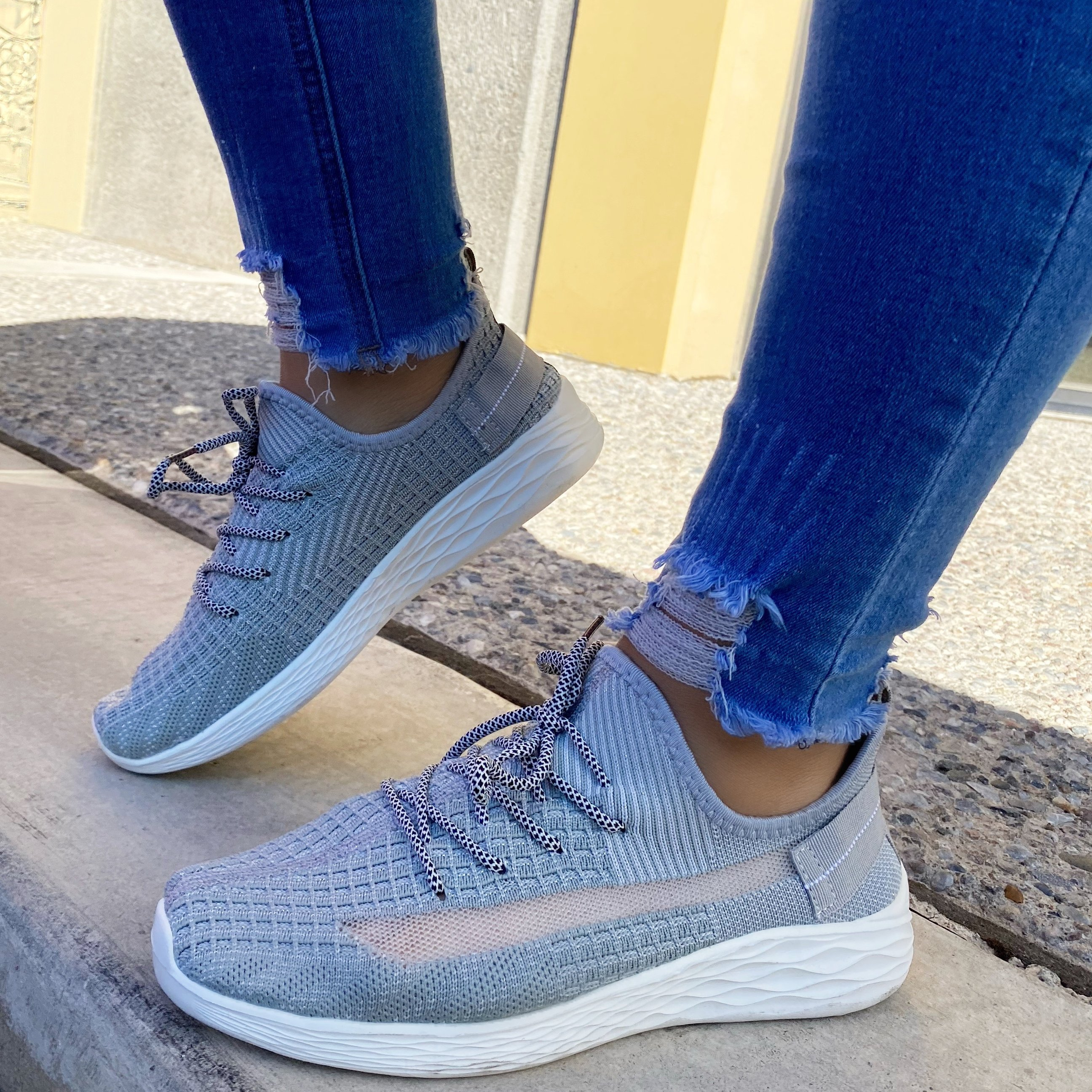 zoeyootd Sporty Breathable Lace-Up Sneakers