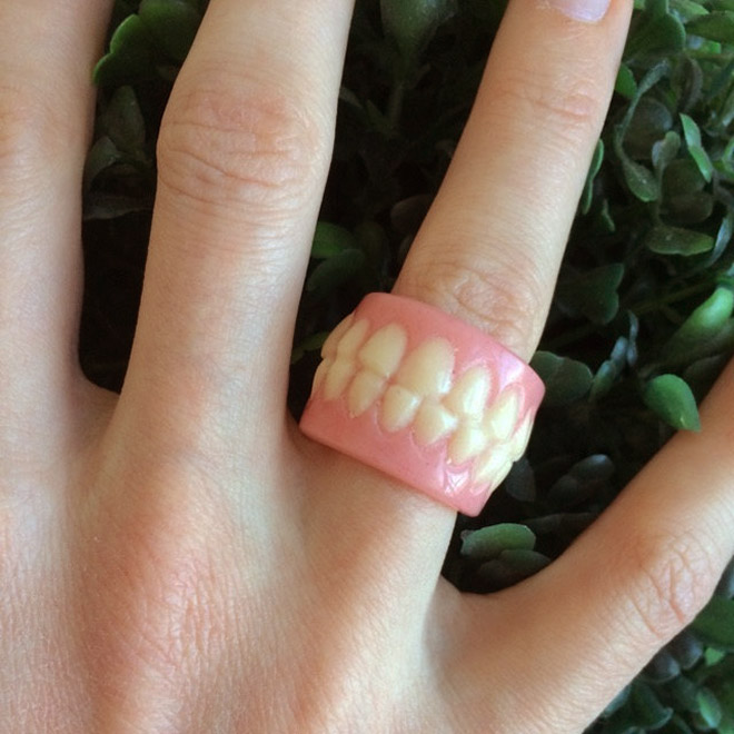 Dentures in the hands😲  💥BUY MORE SAVE MORE💥
