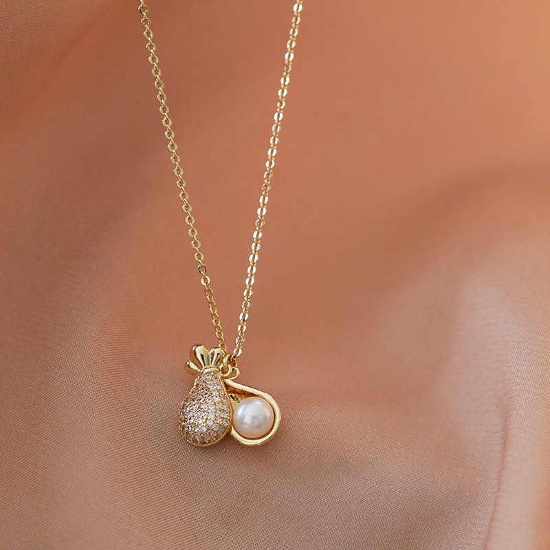 Money bag pearl necklace